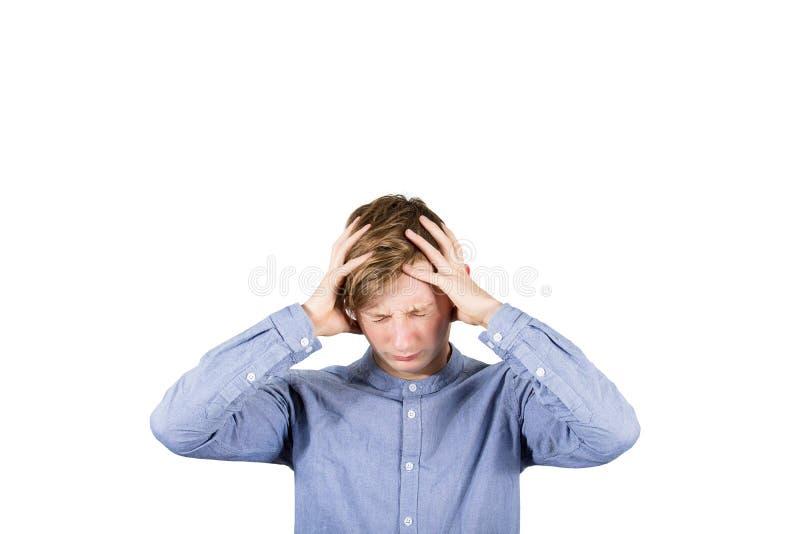Ταραγμένος έφηβος αγόρι χάλια στο κεφάλι, χέρια που καλύπτουν αυτιά, μάτια κλειστά αίσθηση πόνου, απομονωμένο σε λευκό φόντο Κεφα στοκ φωτογραφία με δικαίωμα ελεύθερης χρήσης