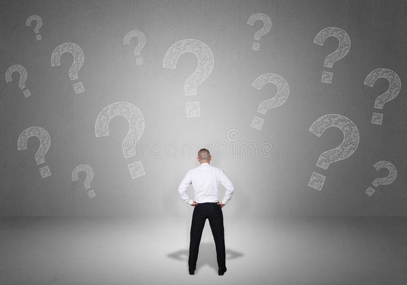 Ταραγμένος επιχειρηματίας με τα ερωτηματικά στοκ φωτογραφία με δικαίωμα ελεύθερης χρήσης