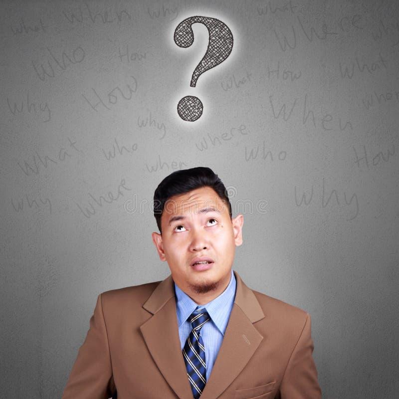 Ταραγμένος επιχειρηματίας με το ερωτηματικό στοκ φωτογραφία με δικαίωμα ελεύθερης χρήσης
