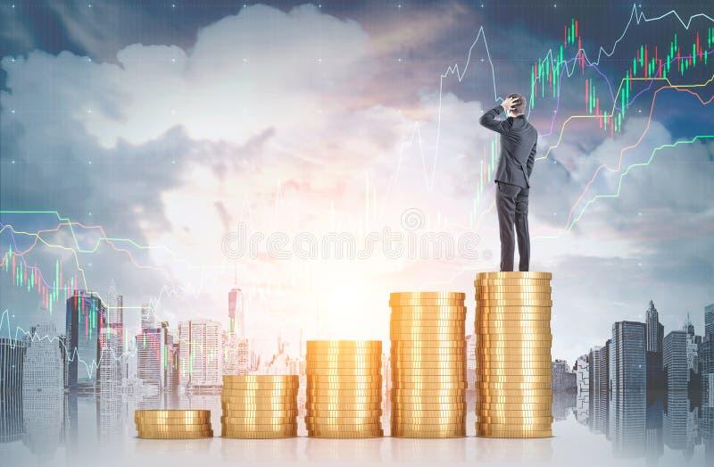 Ταραγμένος επιχειρηματίας στο σωρό νομισμάτων, γραφικές παραστάσεις στοκ εικόνα