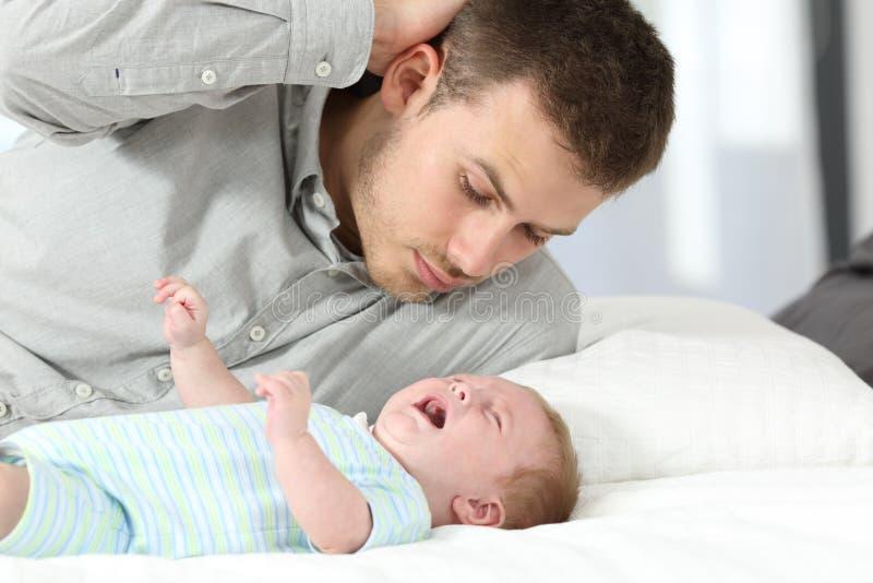 Ταραγμένος πατέρας και να φωνάξει γιων μωρών του στοκ φωτογραφία με δικαίωμα ελεύθερης χρήσης