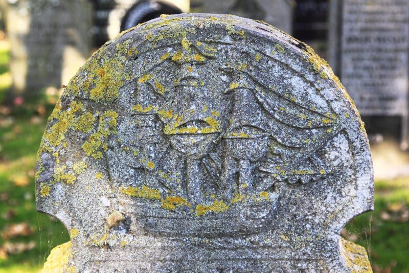 Ταφόπετρα στο νεκροταφείο Hollum, Ameland, Ολλανδία στοκ εικόνα