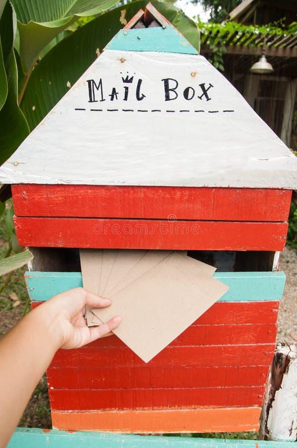 Ταχυδρομική θυρίδα με τις καφετιές επιστολές στοκ εικόνα με δικαίωμα ελεύθερης χρήσης