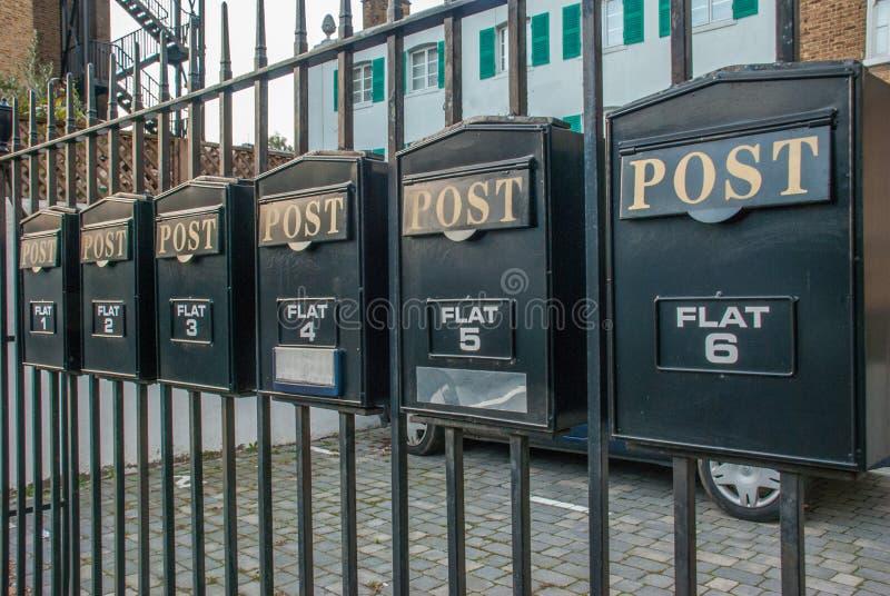Ταχυδρομική θυρίδα σε έναν φράκτη χάλυβα στοκ εικόνα
