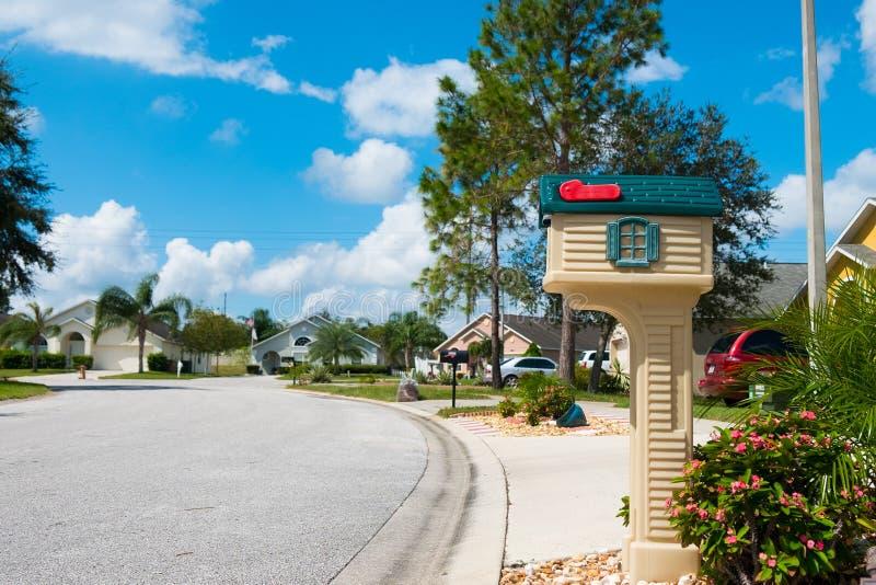Ταχυδρομική θυρίδα στο αμερικανικό neighbrohood μεσαίων τάξεων στη θερινή ηλιόλουστη ημέρα με την ήρεμη μόνη οδό στοκ εικόνα με δικαίωμα ελεύθερης χρήσης