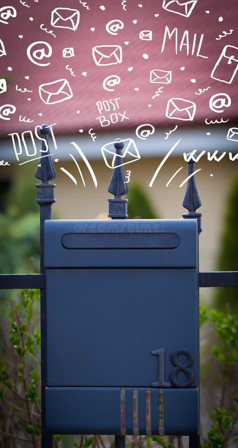 Ταχυδρομικό κουτί με τα άσπρα συρμένα χέρι εικονίδια στοκ εικόνες