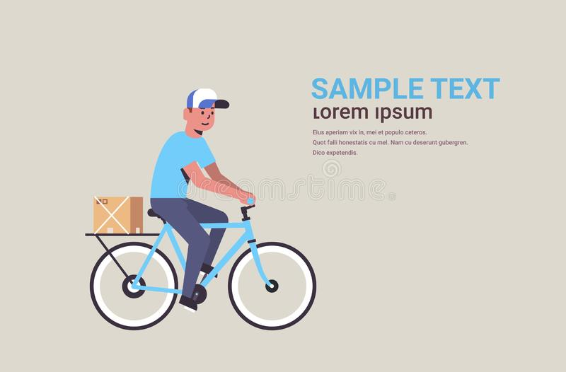 Ταχυδρόμος στην ομοιόμορφη οδήγησης ποδηλάτων μεταφοράς χαρτονιού δεμάτων κιβωτίων έννοια υπηρεσιών παράδοσης αγγελιαφόρων σαφή ο απεικόνιση αποθεμάτων