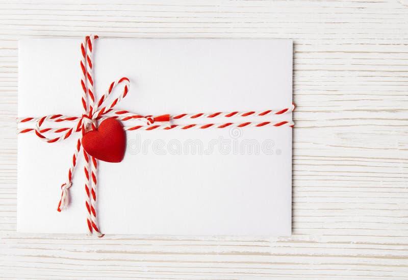 Ταχυδρομείο φακέλων ημέρας βαλεντίνων, δεμένο καρδιά σχοινί, επιστολή βαλεντίνων στοκ εικόνα