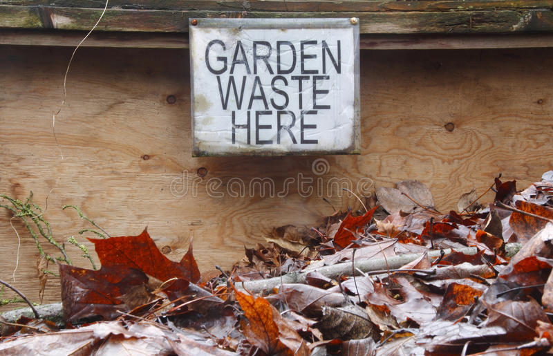 Ταχυδρομημένα απόβλητα κήπων σημαδιών εδώ στοκ εικόνα
