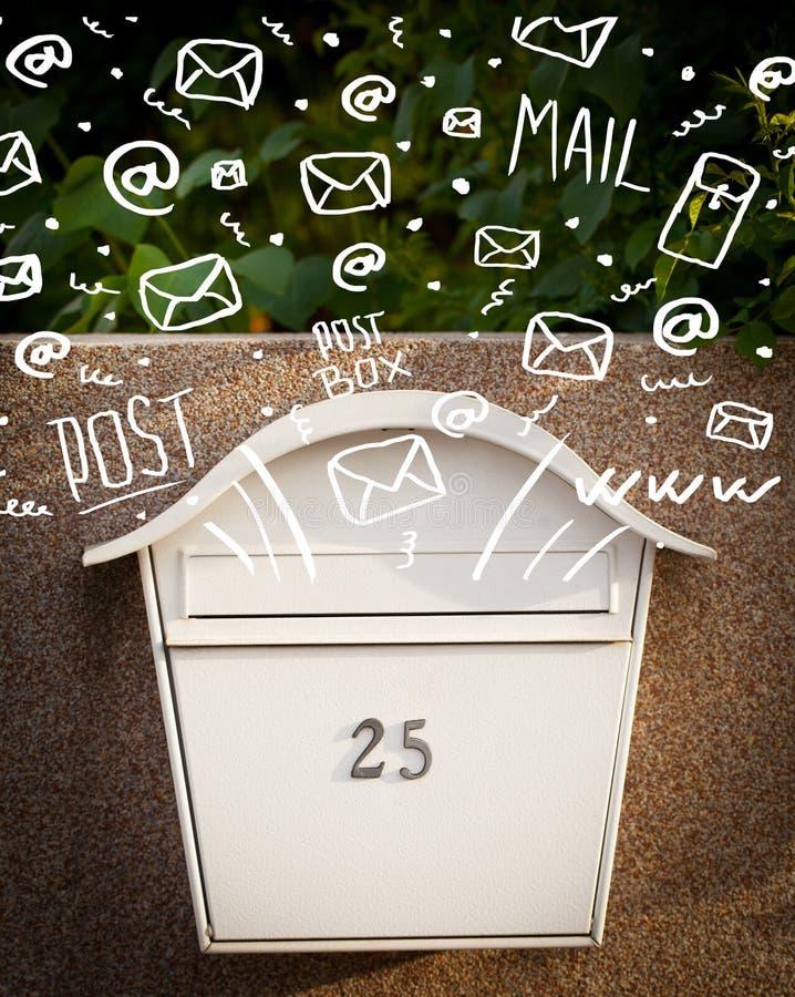 Ταχυδρομικό κουτί με τα άσπρα συρμένα χέρι εικονίδια ταχυδρομείου απεικόνιση αποθεμάτων