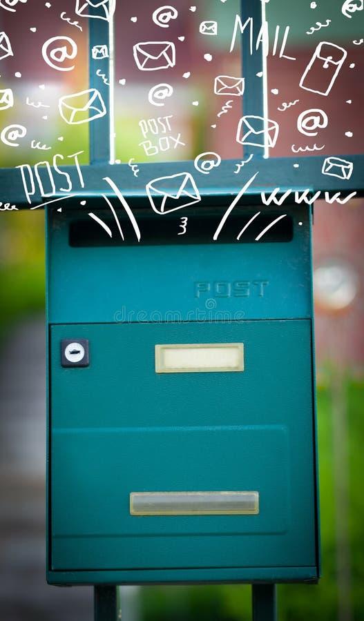 Ταχυδρομικό κουτί με τα άσπρα συρμένα χέρι εικονίδια ταχυδρομείου στοκ φωτογραφίες