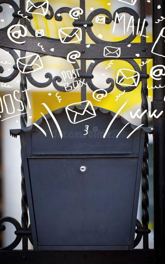 Ταχυδρομικό κουτί με τα άσπρα συρμένα χέρι εικονίδια ταχυδρομείου στοκ εικόνες
