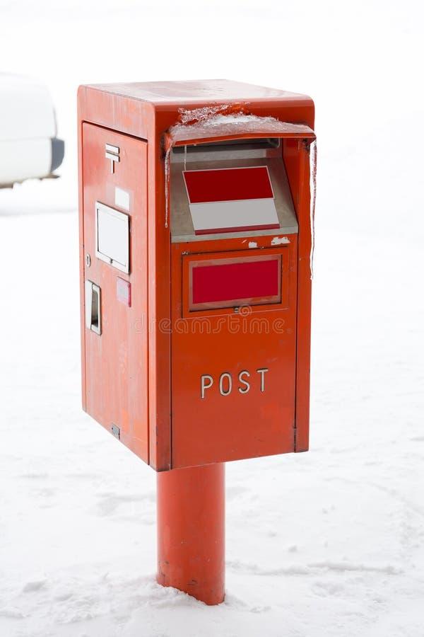 Ταχυδρομικό κουτί στο χιόνι στοκ εικόνα με δικαίωμα ελεύθερης χρήσης