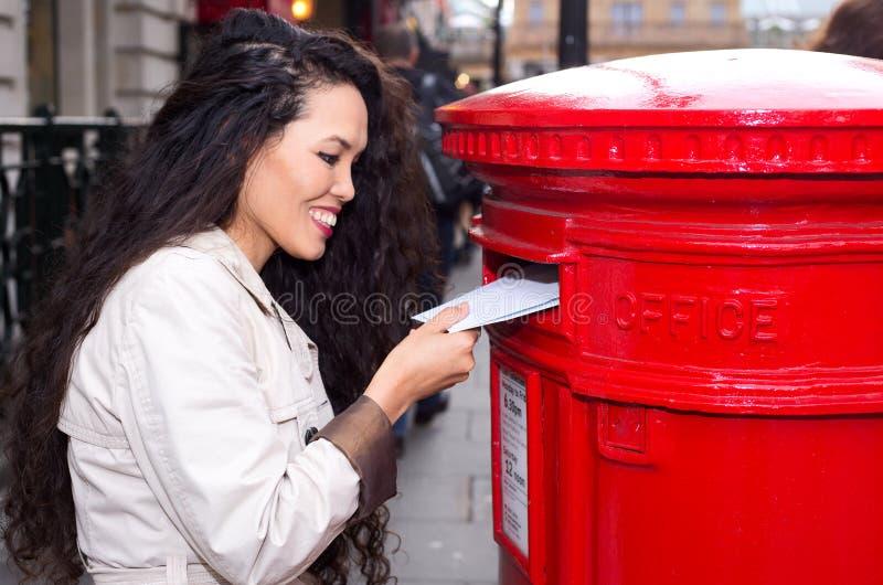 Ταχυδρομώντας επιστολές στοκ εικόνες με δικαίωμα ελεύθερης χρήσης