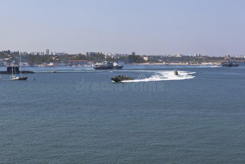 Ταχύπλοα σκάφη που πραγματοποιούν ελιγμούς κατά τον εορτασμό της Ημέρας του Ναυτικού στον Κόλπο της Σεβαστούπολης, Κριμαία στοκ εικόνες