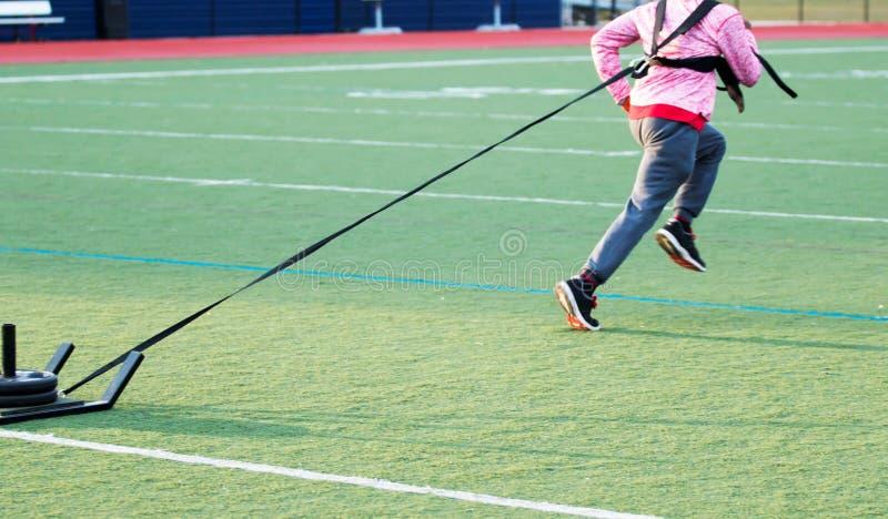 Ταχύτητα που εκπαιδεύει τραβώντας ένα ζυγισμένο έλκηθρο στοκ εικόνες με δικαίωμα ελεύθερης χρήσης