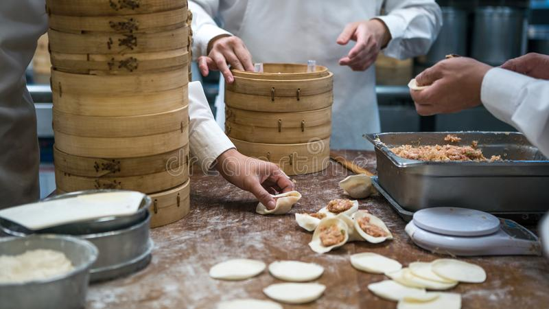 Ταϊβανικοί αρχιμάγειρες ομάδων που μαγειρεύουν τα παραδοσιακά τρόφιμα Ασιατικός αρχιμάγειρας που κατασκευάζει την μπουλέττα Ταϊβά στοκ εικόνες με δικαίωμα ελεύθερης χρήσης
