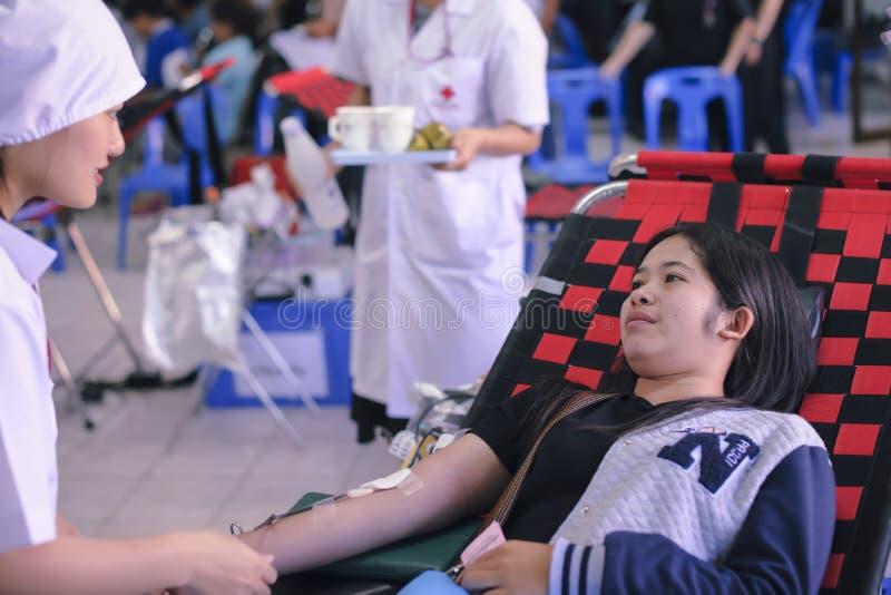 23 Ταϊλάνδη-ΑΥΓΟΥΣΤΟΥ: Οι νέες γυναίκες δίνουν το αίμα στο ταϊλανδικό Εθνικό Συμβούλιο ΤΑΪΛΑΝΔΗ 23 ΑΥΓΟΥΣΤΟΥ, 2017 στοκ εικόνες
