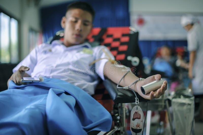 23 Ταϊλάνδη-ΑΥΓΟΥΣΤΟΥ: Οι νεαροί άνδρες δίνουν το αίμα στο ταϊλανδικό Εθνικό Συμβούλιο ΤΑΪΛΑΝΔΗ 23 ΑΥΓΟΥΣΤΟΥ, 2017 στοκ εικόνα με δικαίωμα ελεύθερης χρήσης