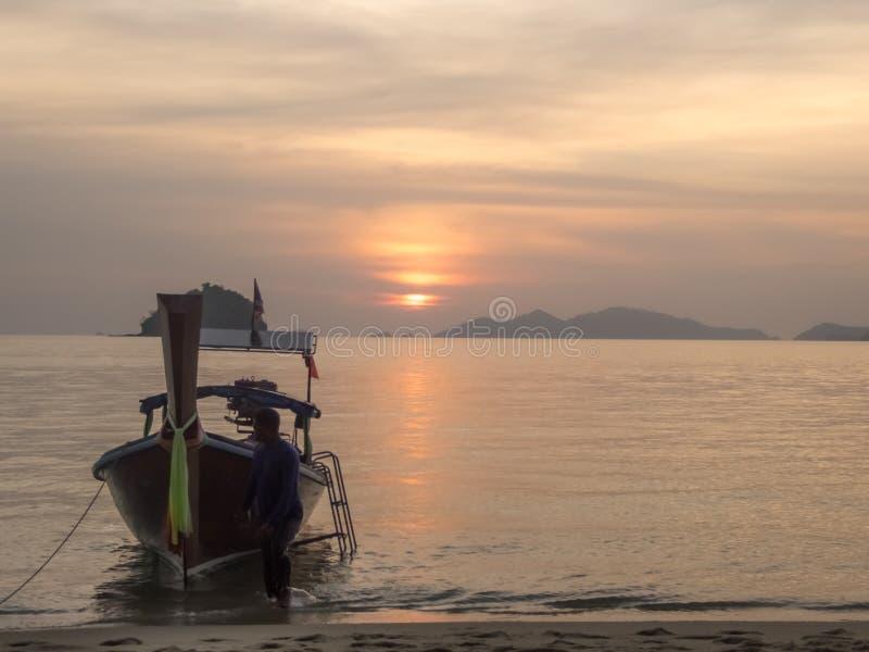 Ταϊλάνδη - βάρκα που σταθμεύουν στην ακτή της παραλίας, dunset χρόνος στοκ φωτογραφία με δικαίωμα ελεύθερης χρήσης