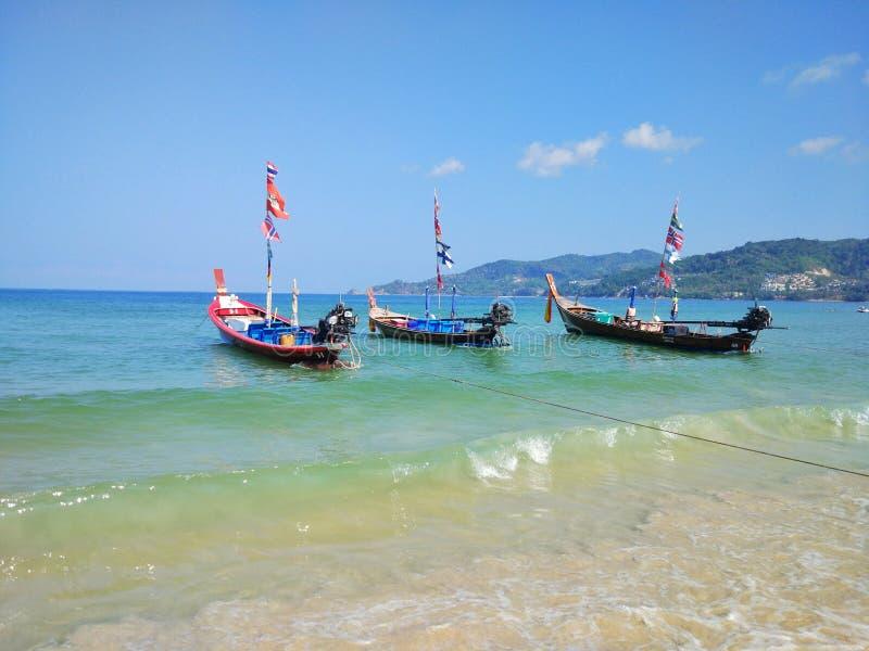 Ταϊλάνδη, Phuket, άποψη από την παραλία στα νησιά και τη θάλασσα με τις βάρ στοκ εικόνα με δικαίωμα ελεύθερης χρήσης