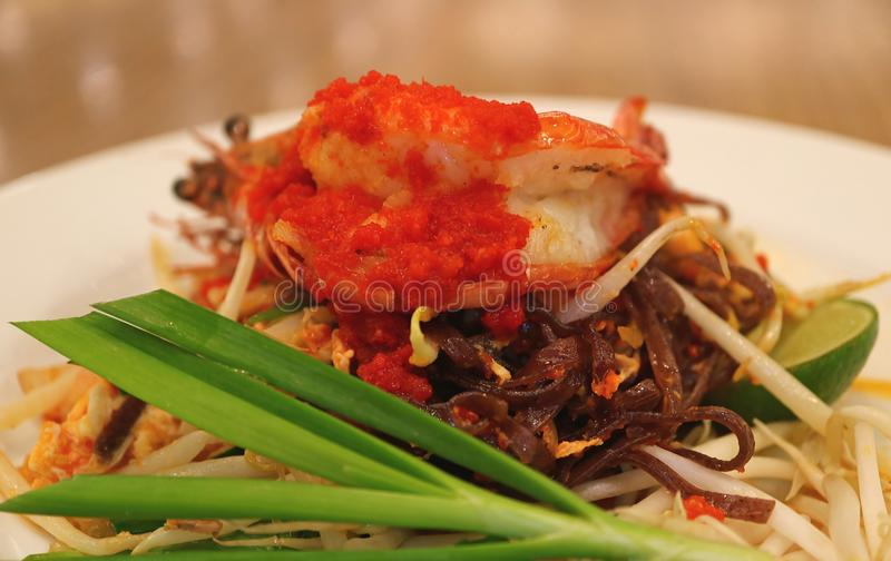 Ταϊλανδικά ή ταϊλανδικά ανακατώνω-τηγανισμένα ύφος νουντλς Riceberry μαξιλαριών που ολοκληρώνονται με τη γαρίδα που εξυπηρετείται στοκ εικόνες