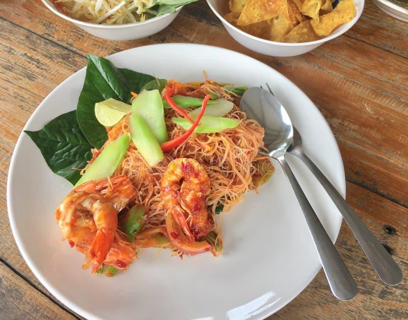 Ταϊλανδικά ανακατώνω-τηγανητά γαρίδων ύφους πικάντικα με τα νουντλς στοκ φωτογραφία