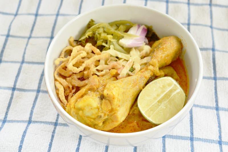 Ταϊλανδικά βόρεια νουντλς κάρρυ ύφους στη σούπα γάλακτος καρύδων με το κοτόπουλο στο κύπελλο στοκ εικόνες