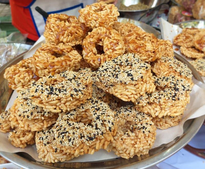 Ταϊλανδικά γλυκά τριζάτα κέικ ρυζιού με την ψηλή βροχή ζάχαρης καλάμων στοκ φωτογραφίες