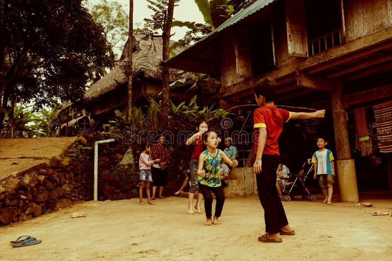 Ταϊλανδικά εθνικά παιδιά που παίζουν το παραδοσιακό σειρά-πηδώντας παιχνίδι στοκ εικόνες με δικαίωμα ελεύθερης χρήσης