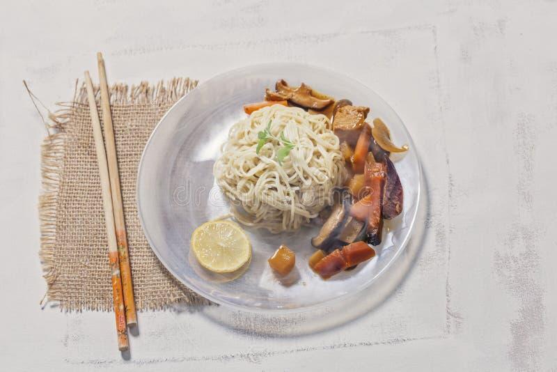 Ταϊλανδικά νουντλς και κάρρυ ύφους στο πιάτο στοκ εικόνες