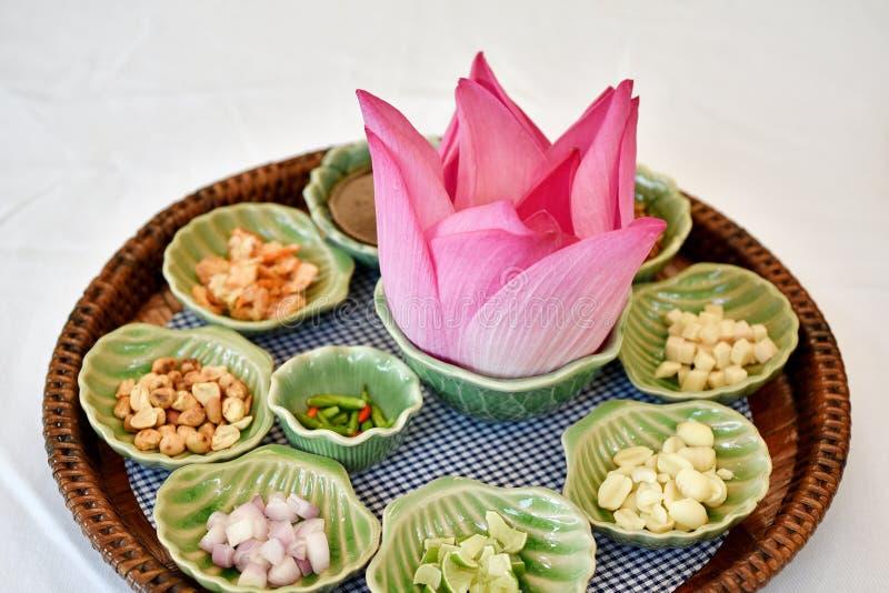 Ταϊλανδικά παραδοσιακά τρόφιμα, ασιατικό ακατέργαστο υγιές ορεκτικό, λωτός Miang Kham πέταλο-που τυλίγεται στοκ φωτογραφία με δικαίωμα ελεύθερης χρήσης