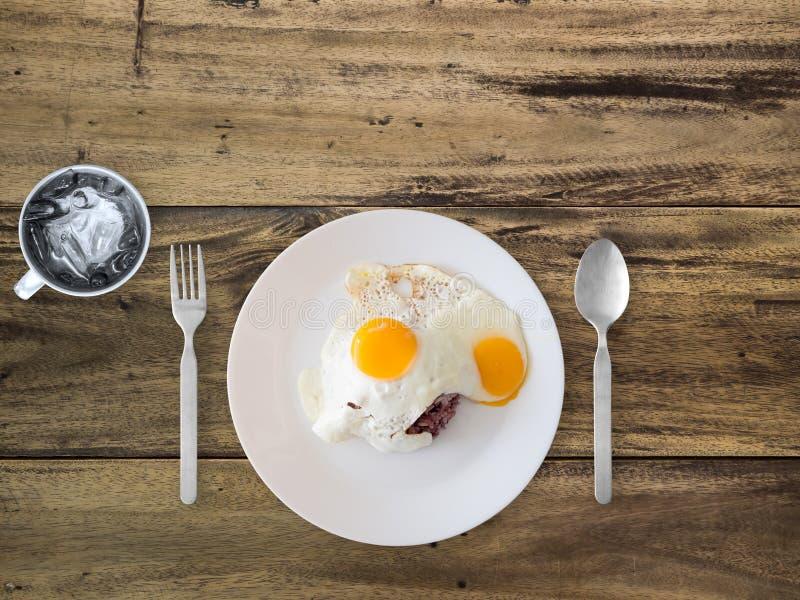 Ταϊλανδικά τηγανισμένα ύφος αυγά και ρύζι στοκ φωτογραφία