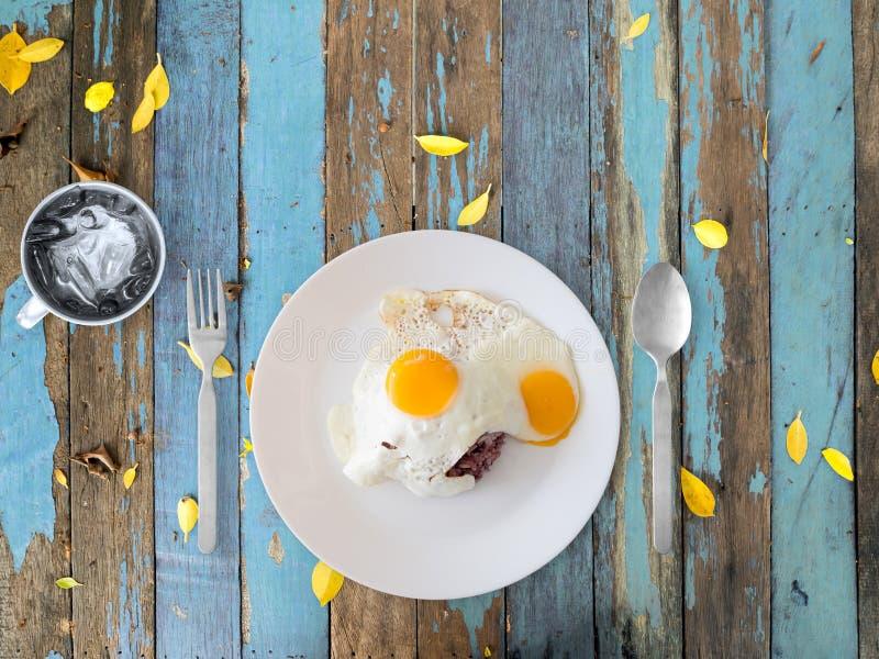 Ταϊλανδικά τηγανισμένα ύφος αυγά και ρύζι στοκ εικόνες