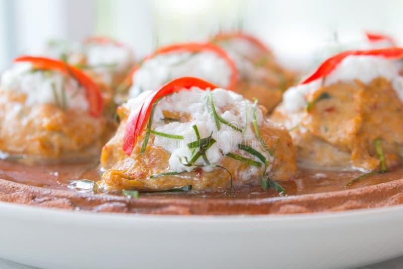 Ταϊλανδικά τρόφιμα, ψάρια ατμού με την κόλλα κάρρυ στο πήλινο είδος στοκ εικόνες