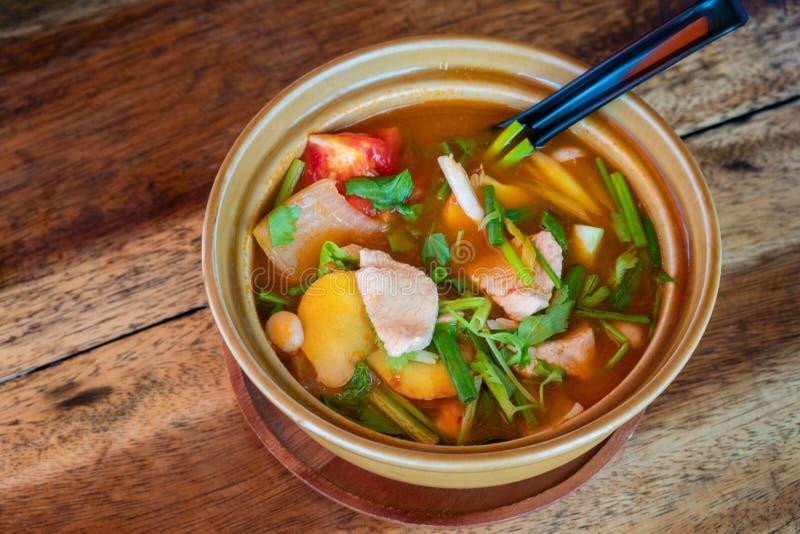 Ταϊλανδικά tom Kha Gai, ταϊλανδική σούπα με το κοτόπουλο και τα λαχανικά στοκ εικόνες