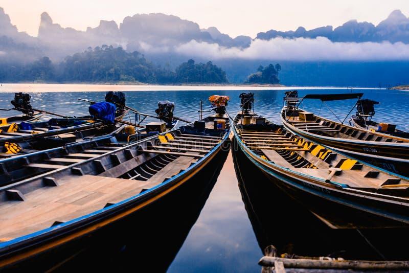 Ταϊλανδικές βάρκες στην αυγή Βάρκες στην αποβάθρα στοκ φωτογραφίες