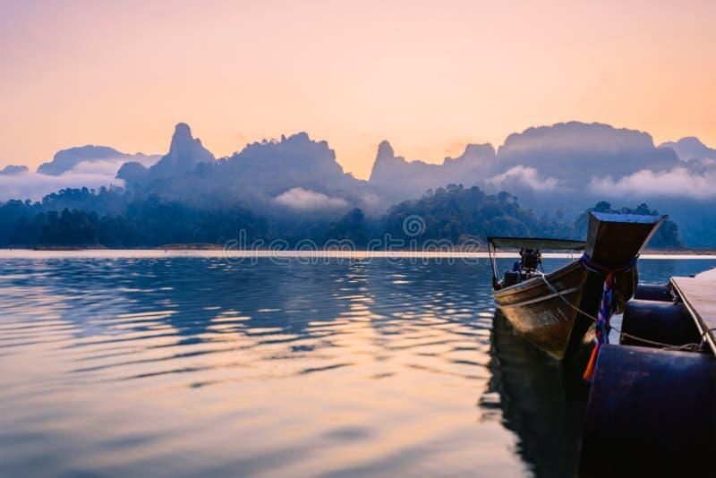 Ταϊλανδικές βάρκες στην αυγή Βάρκες στην αποβάθρα στοκ φωτογραφία με δικαίωμα ελεύθερης χρήσης