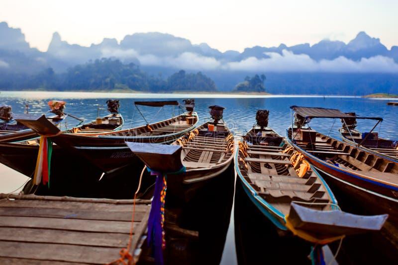 Ταϊλανδικές βάρκες στην αυγή Βάρκες στην αποβάθρα στοκ εικόνα