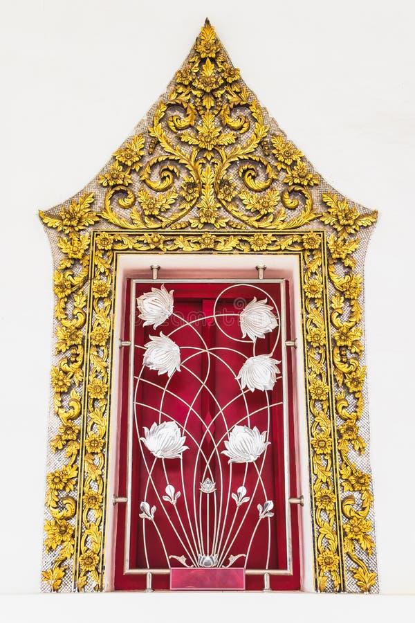 Ταϊλανδική κλασσική αρχαία τέχνη ύφους του χρυσού πλαισίου παραθύρων στο ναό στοκ εικόνες με δικαίωμα ελεύθερης χρήσης