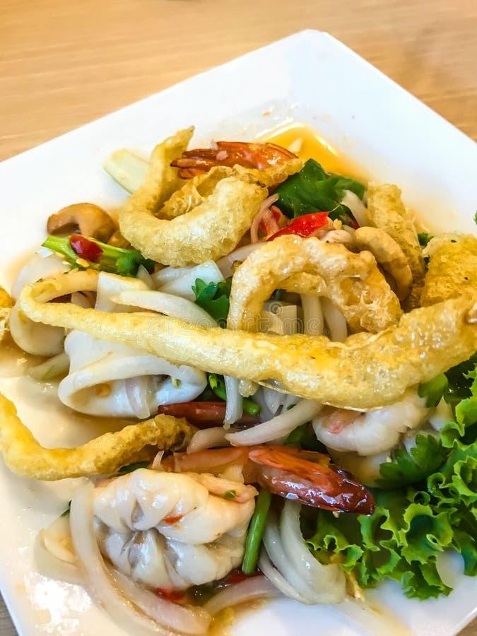 Ταϊλανδική κουζίνα τροφίμων: Το Yum Sam Krob, τριζάτο στομάχι ψαριών, τσιγάρισε το καλαμάρι και τις γαρίδες στην πικάντικη μικτή  στοκ εικόνες
