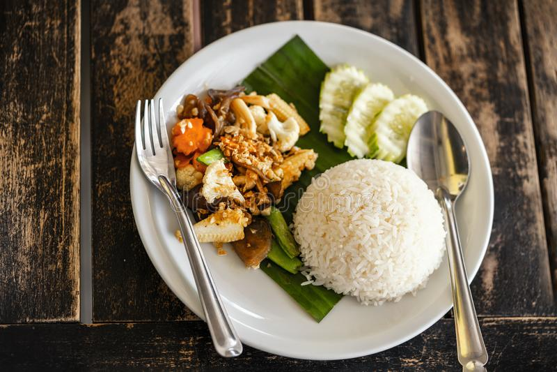 Ταϊλανδική πικάντικη τηγανισμένη τρόφιμα συνταγή ρυζιού, κορυφή viev στοκ εικόνα