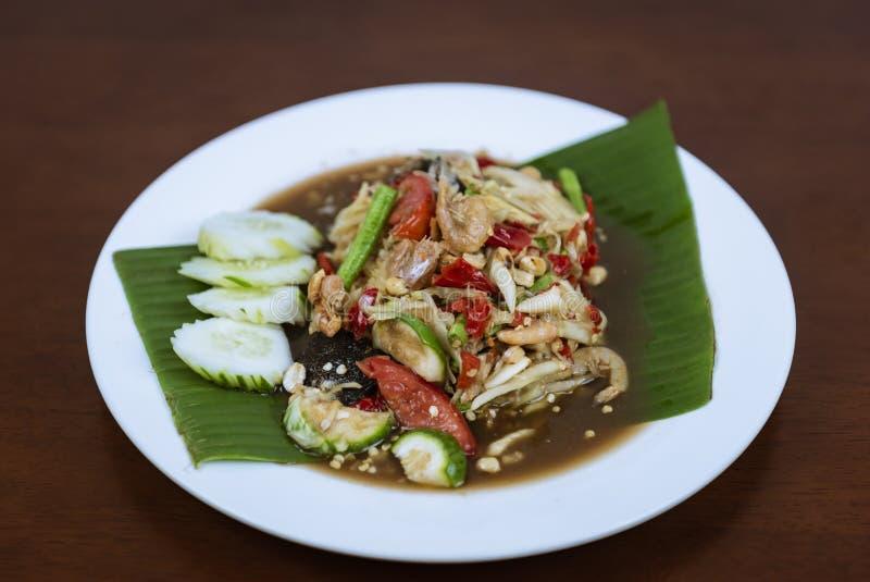 Ταϊλανδική πράσινη Papaya σαλάτα, ταϊλανδικός πικάντικος SOM tum στο ξύλινο υπόβαθρο στοκ φωτογραφίες