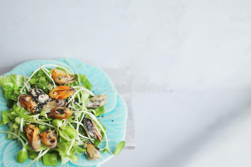 Ταϊλανδική σαλάτα με τα μύδια, ελαφρύ υπόβαθρο με το copyspace στοκ φωτογραφίες
