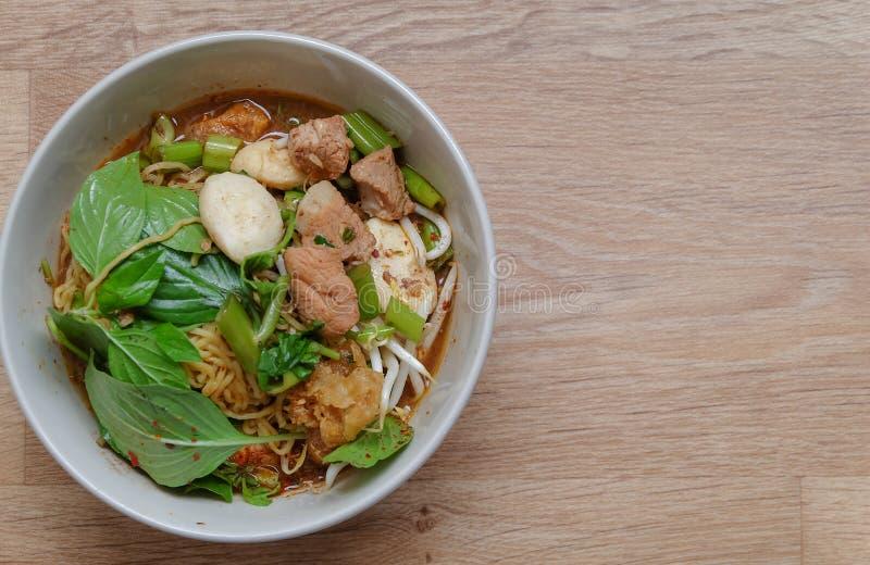 Ταϊλανδική σούπα νουντλς με το κρέας και τα λαχανικά στοκ εικόνα με δικαίωμα ελεύθερης χρήσης