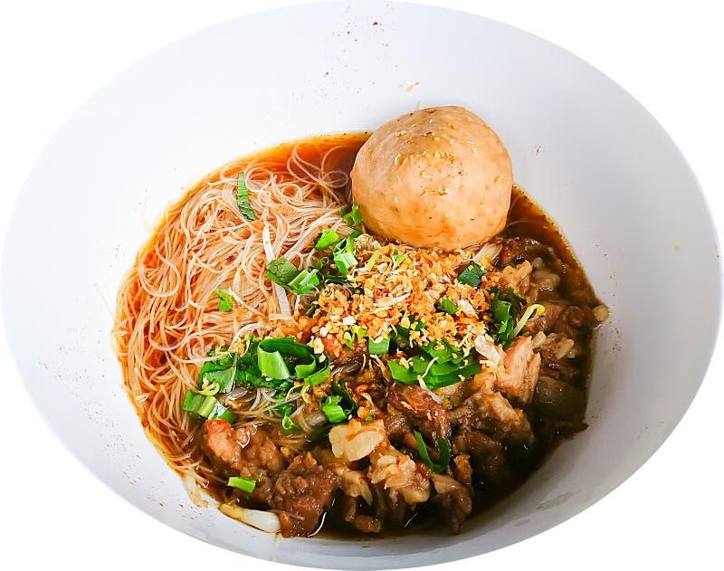Ταϊλανδική vermicelli ρυζιού σούπα νουντλς με το βόειο κρέας και μια μεγάλη σφαίρα βόειου κρέατος στο άσπρο κύπελλο που απομονώνε στοκ εικόνα