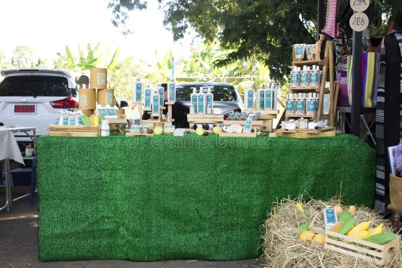Ταϊλανδικοί λαοί που θέτουν το καλλυντικό θαλάμων και το κατάστημα λοσιόν για την πώληση στοκ φωτογραφία