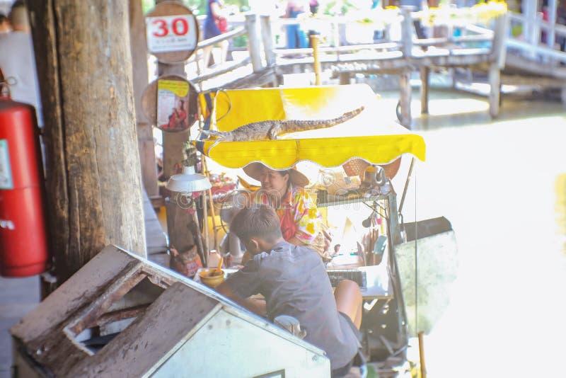 Ταϊλανδικοί λαοί Unacquainted που πωλούν στη βάρκα να επιπλεύσει Pattaya στην αγορά στοκ φωτογραφία με δικαίωμα ελεύθερης χρήσης