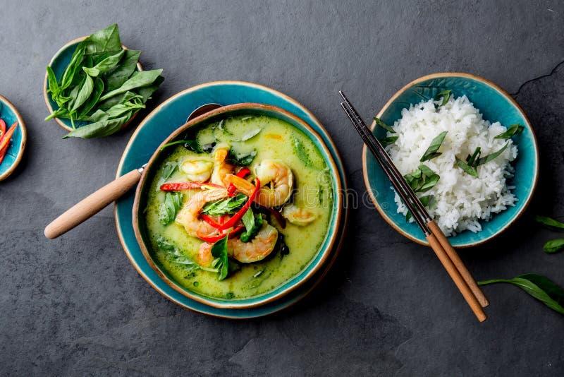 ΤΑΪΛΑΝΔΙΚΟ ΠΡΑΣΙΝΟ ΚΑΡΡΥ ΓΑΡΙΔΩΝ Πράσινη σούπα κάρρυ παράδοσης της Ταϊλάνδης με τις γαρίδες γαρίδων και το γάλα καρύδων Πράσινο κ στοκ εικόνες με δικαίωμα ελεύθερης χρήσης