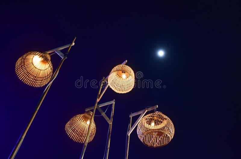 Ταϊλανδικός αρχαίος λαμπτήρας τέσσερα και μπλε φως με το υπόβαθρο νυχτερινού ουρανού και πανσελήνων στοκ φωτογραφία